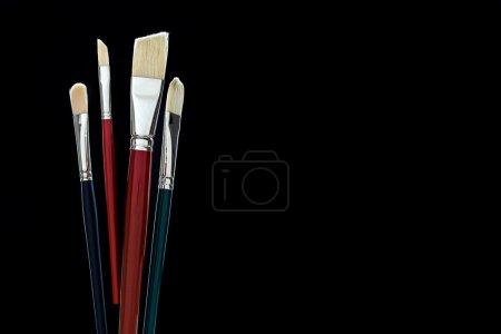 Photo pour Jeu de brosses différentes sur fond noir. Maquette - image libre de droit