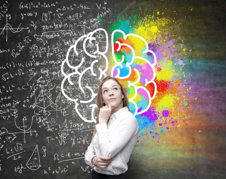 Photo pour Les hémisphères droit et gauche, concept de pensée créatrice et analytiques avec une femme d'affaires réfléchie sur fond divisé en murs de formule mathématiques et colorés - image libre de droit