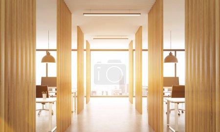 Photo pour Intérieur de bureau ouvert avec des cloisons en bois, plancher en béton, plafond avec lampes et vue sur la ville de New York. Image tonquait, rendu 3d - image libre de droit