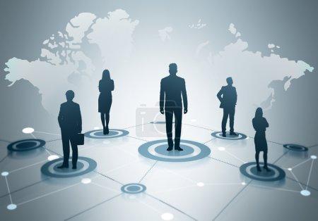 Photo pour Concept global de réseautage social avec carte, réseau abstrait et silhouettes d'hommes d'affaires sur fond gris clair - image libre de droit