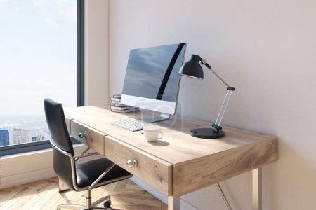 Foto de Vista lateral de trabajo de oficina de madera con silla giratoria, monitor de la computadora en blanco, taza de café, teclado, lámpara de mesa, pila de libros y ventana con vista a la ciudad de Nueva York. Mock up, render 3d - Imagen libre de derechos