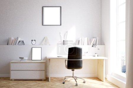 Foto de Interior de la oficina del hogar con escritorio, silla y estante. Cartel en la pared. Concepto de trabajo independiente. Renderizado 3d. Mock up - Imagen libre de derechos
