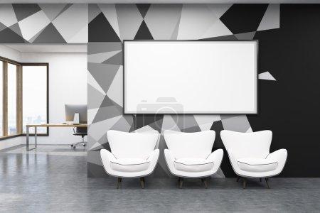Photo pour Intérieur de bureau avec trois fauteuils blancs et grand tableau blanc. Table d'écriture avec ordinateur en arrière-plan. Concept d'architecture contemporaine. Rendement 3D. Maquette . - image libre de droit