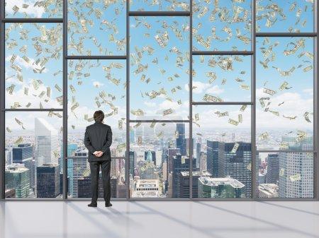 Foto de Hombre de negocios en la oficina que parece dinero cayendo - Imagen libre de derechos