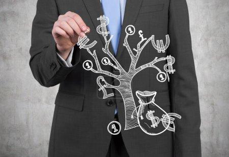 Photo pour Homme d'affaires avec de l'argent arbre sur un fond gris - image libre de droit