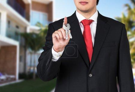 Photo pour Homme d'affaires détient une clé comme une métaphore de la pure réussite - image libre de droit