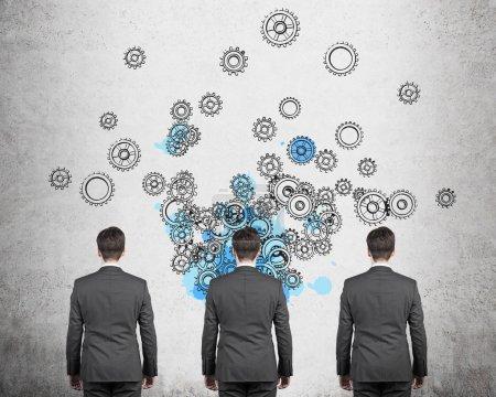 Photo pour Trois hommes d'affaires pensant avec des engrenages au dessus de la tête - image libre de droit