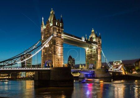 Photo pour Tower Bridge avec des reflets dans la Tamise la nuit à Londres - image libre de droit