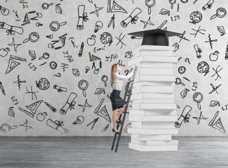 Photo pour Demoiselle est montée jusqu'à diplôme d'obtenir. Pile de livres et un chapeau de graduation comme prix. - image libre de droit