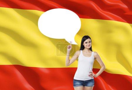 Photo pour Belle femme souligne la bulle de pensée vide. Drapeau espagnol comme fond . - image libre de droit