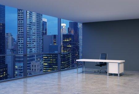 Photo pour Un lieu de travail dans un coin bureau panoramique moderne avec New York, vue le soir. Une chaise en cuir noir et un tableau blanc. Un concept de services de consultation financière. rendu 3d. - image libre de droit