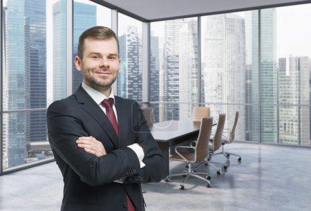 Photo pour Consultant Confiant dans une salle de conférence de coin. Modern office avec de grandes fenêtres et étonnant quartier d'affaires singapourienne vue panoramique. - image libre de droit