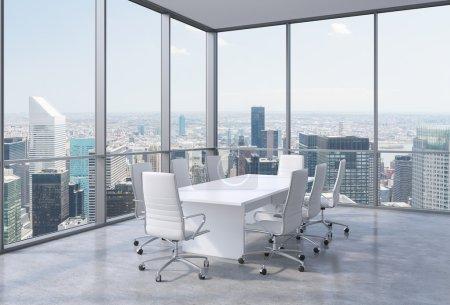 Photo pour Salle de conférence panoramique dans le bureau moderne à New York City. chaises blanches et une table blanche. rendu 3d. - image libre de droit