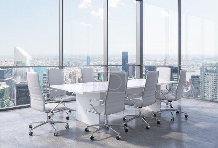 Photo pour Panoramique salle de conférence de coin bureau moderne à New York City. chaises blanches et une table blanche. rendu 3d - image libre de droit