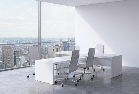 Photo pour Intérieur de bureau moderne avec d'immenses fenêtres et vue panoramique de New York. Un concept de chef de la direction du milieu de travail. rendu 3D - image libre de droit