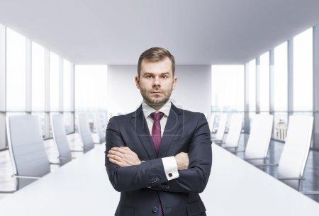 Photo pour Homme de confiance d'affaires avec les mains croisées. Salle de réunion panoramique. Vue de New York, - image libre de droit