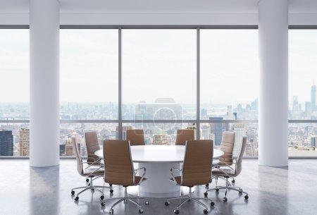 Photo pour Salle de conférence panoramique dans le bureau moderne, New York vue sur la ville. chaises Brown et une table ronde blanche. rendu 3d - image libre de droit