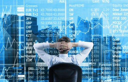 Die Rückansicht des entspannten Geschäftsmannes befindet sich in einem modernen Panorama-Büro in Singapore. Börsendaten auf der Glasscheibe.