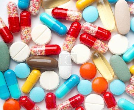 Photo pour Un tas de médicaments. Contexte fabriqué à partir de pilules et capsules colorées - image libre de droit