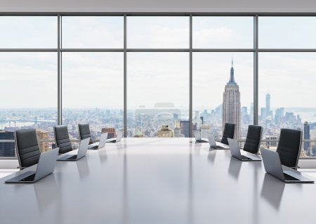 Photo pour Une salle de conférence équipée d'ordinateurs portables modernes dans un bureau panoramique moderne à New York. chaises en cuir noir et un tableau blanc. rendu 3d - image libre de droit