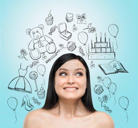 Photo pour Portrait d'une étonnante brune qui rêve de célébrer son anniversaire. Les icônes d'anniversaire sont dessinées sur le fond bleu clair . - image libre de droit