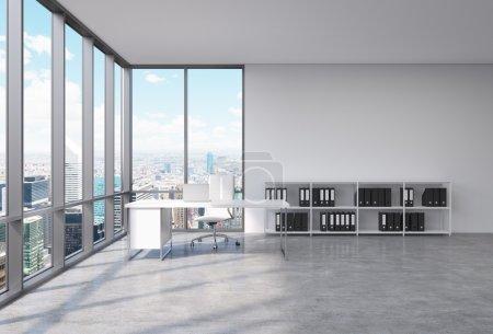 Photo pour Un milieu de travail Ceo dans un coin bureau panoramique moderne à New York. Un bureau blanc avec un ordinateur portable, fauteuil en cuir blanc et une étagère avec des dossiers de documents noir. rendu 3d - image libre de droit