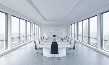 Photo pour Une chambre moderne et lumineuse panoramique de réunion dans un bureau moderne de New York avec vue sur la ville. Le concept de la réunion du conseil d'administration de l'immense société transnationale. rendu 3d. - image libre de droit
