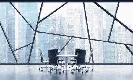 Photo pour Une salle de réunion dans un espace de bureau contemporain lumineux panoramique avec vue sur la ville de Singapour. Le concept de services financiers ou juridiques hautement professionnels. rendu 3d. - image libre de droit