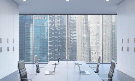 Photo pour Les lieux de travail ou de la zone de conférence dans un bureau moderne et lumineux de l'espace ouvert. tables blanches équipées par des ordinateurs portables modernes et des chaises noires. vue Singapour. rendu 3d. - image libre de droit