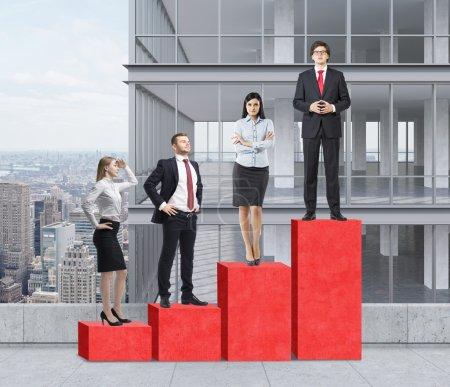 Photo pour Escaliers comme un énorme graphique à barres rouge sont sur le toit. Les gens d'affaires sont debout sur chaque étape comme un concept de l'échelle de l'entreprise. Un gratte-ciel panoramique sur l'arrière-plan. New York, panorama. - image libre de droit