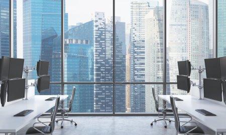 Photo pour Les lieux de travail d'un trader moderne dans un bureau moderne et lumineux de l'espace ouvert. tables blanches équipées de stations de trader moderne et chaises noires. Singapour vue panoramique. rendu 3d. - image libre de droit