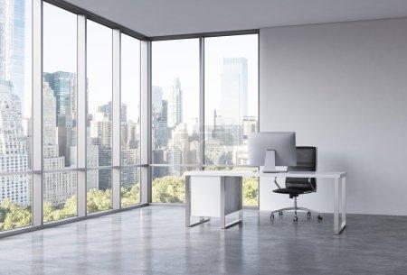 Photo pour Un lieu de travail dans un coin bureau panoramique moderne avec vue sur New York. Un bureau blanc avec un ordinateur moderne, fauteuil en cuir noir. Un concept de services de consultation. rendu 3d. - image libre de droit