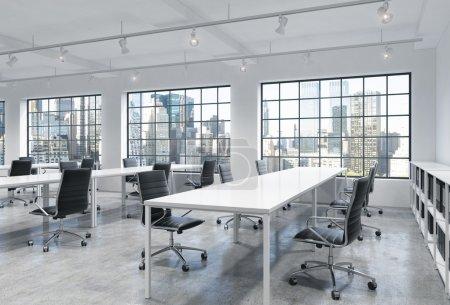 Photo pour Lieux de travail dans un lumineux loft moderne bureau à aire ouverte. Tables vides et étagères pour livres de documentation. Vue panoramique sur New York. Un concept de services de conseil de haute qualité. rendu 3D . - image libre de droit