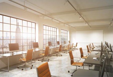 Photo pour Trois rangées de tables d'ordinateur dans un bureau moderne moderne d'espace ouvert de lumière, l'un d'eux le long de la fenêtre. Grand écran blanc sur le mur. Vue de New York, filtre. Concept de travail. - image libre de droit