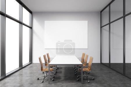 Photo pour Salle de réunion lumineuse et spacieuse dans un immeuble de bureaux, porte-fenêtre à gauche, grande table rectangulaire blanche et six fauteuils en cuir marron autour. Tableau blanc sur le mur arrière. Concept de négociation - image libre de droit