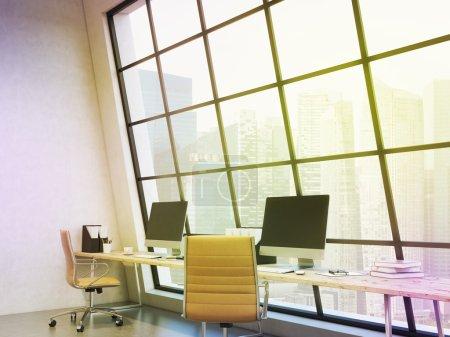 Photo pour Ligne des lieux de travail dans le bureau, ordinateur, clavier, souris, organisateurs, café, dossiers sur la table, fenêtre derrière la table, vue de Singapour, vue latérale. filtre. Concept de travail. - image libre de droit