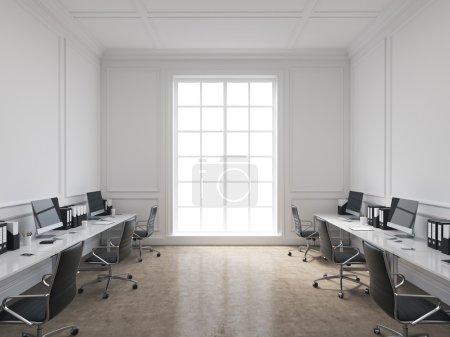 Photo pour Un bureau d'espace ouvert, des tables avec des ordinateurs disposés le long des murs, une fenêtre panoramique au centre. Concept de travail. Rendu 3d - image libre de droit