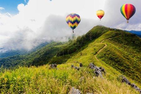 Photo pour Montgolfières colorées survolant la montagne à Pha Tung, province de Chiangrai, Nord de la Thaïlande . - image libre de droit
