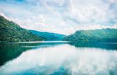 Mraky a modrá obloha s hory a jezera