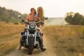 Statný muž s krásnou ženou na motocykl střední polní cesty