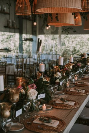 Photo pour Assiette en bois avec bougies, décoration de mariage. - image libre de droit