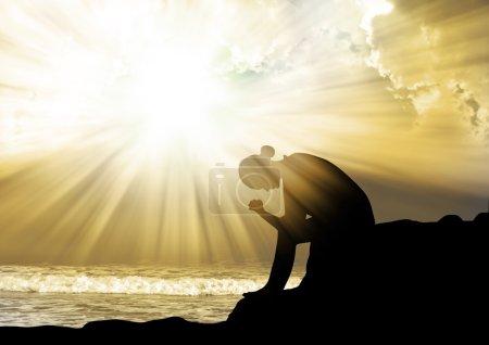 Photo pour Silhouette de jeune femme priant Dieu - image libre de droit