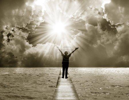 Photo pour Jeune femme adore et loue le Seigneur - image libre de droit