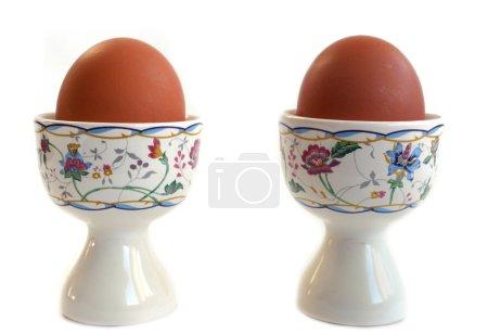 Photo pour Œufs dans des tasses à œufs pour le petit déjeuner isolé sur fond blanc - image libre de droit