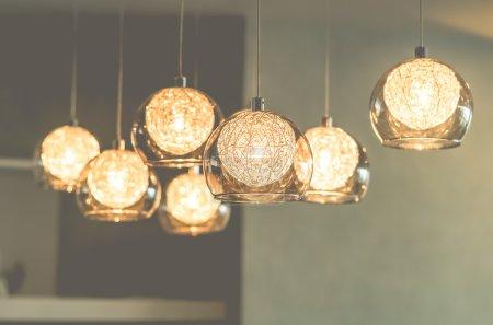 Photo pour Éclairage décoratif de luxe vintage suspendu à l'intérieur - image libre de droit