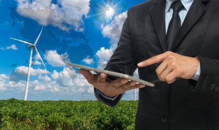 Foto de Empresario usando la tableta en el generador de energía de aerogeneradores en el cielo azul, Elementos de esta imagen proporcionados por la NASA . - Imagen libre de derechos