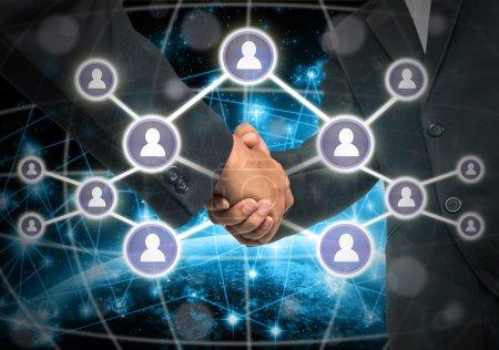 Photo pour Poignée de main Business avec les symboles des médias sociaux sur Internet du réseau concept de fond, des éléments de cette image fournie par la Nasa, le concept d'entreprise sociale netwok - image libre de droit