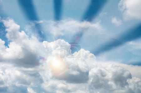 Foto de Cielo azul con nubes y Sol ray - Imagen libre de derechos