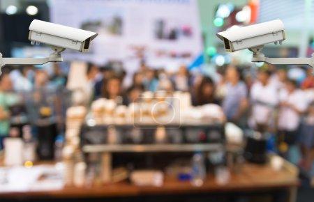 Photo pour Caméra de sécurité CCTV moniteur l'abrégé floue avec présentation du café sur fond de bokeh - image libre de droit