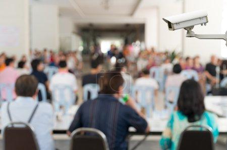 Photo pour Caméra de sécurité CCTV moniteur l'arrière-plan floue de la réunion à l'hôtel de conférences lumineux - image libre de droit